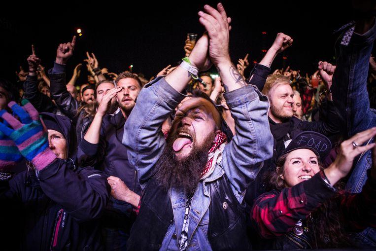 Fans genieten van een optreden van de Canadese hardrockband Danko Jones in Kopenhagen. Uit onderzoek blijkt dat  liefhebbers van energieke hiphop en hardrock slechte aanbevelingen krijgen in streamingdiensten als Spotify.  Beeld Universal Images Group via Getty