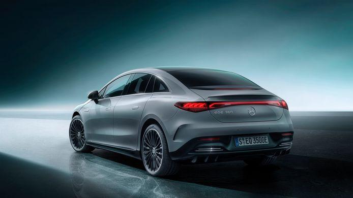 De EQE is een sedan: de achterruit blijft dus op zijn plek zodra je de achterklep opent