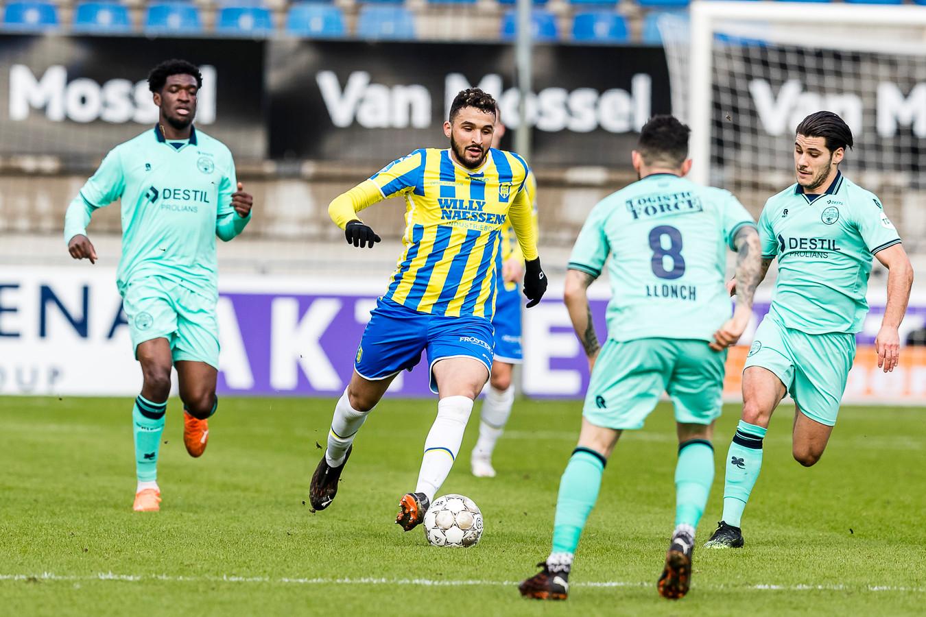 RKC'er Ahmed Touba heeft te doen met enkele spelers van Willem II