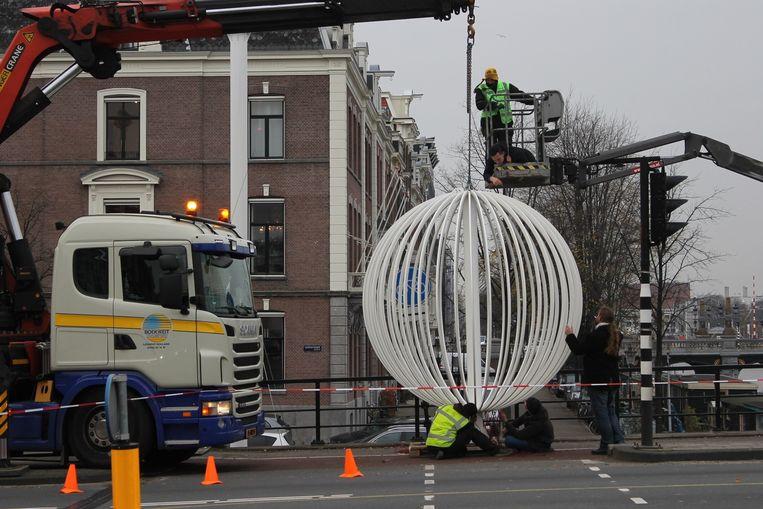 De Amsterdam Sphere tijdens het installeren. Beeld Lisette van Wegener