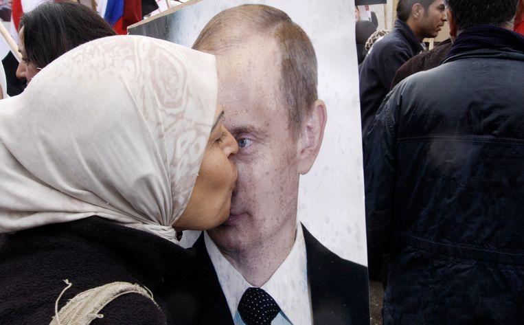 Een Syrische vrouw kust een portret van Poetin Beeld ap