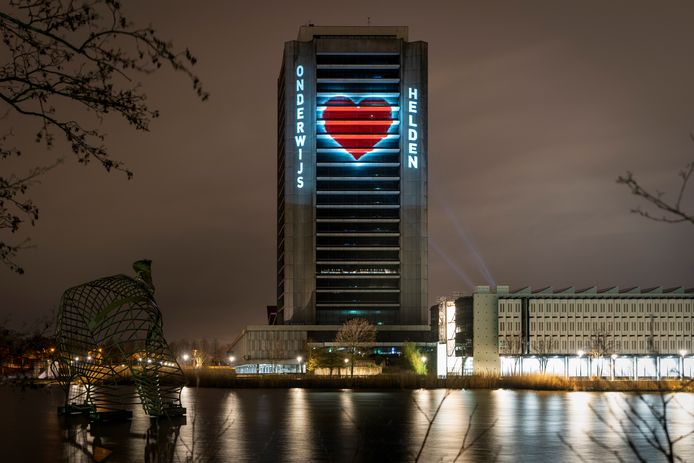 Het provinciehuis in Den Bosch, hier met een projectie voor helden in de coronacrisis.