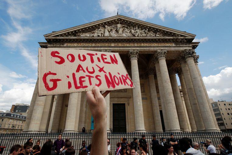 Een grote groep migranten heeft het monumentale Panthéon in Parijs bestormd en een deel enkele uren bezet gehouden. Beeld REUTERS