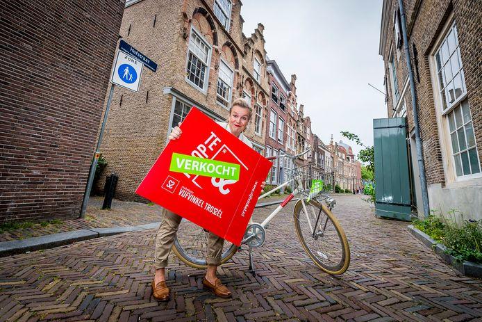 Saskia Trossèl, van Vijfvinkel makelaars in Dordrecht, moet regelmatig het 'verkocht'-bord tevoorschijn halen.