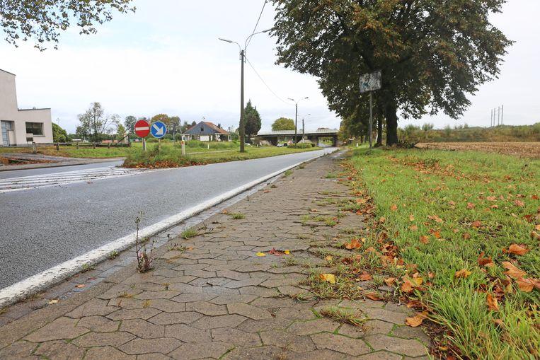 De huidige klinkers op het voetpad worden opgebroken en vervangen door asfalt.