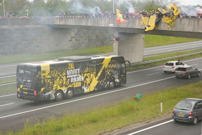 Supporters juichen de spelersbus toe op een viaduct bij de A58 bij Etten-Leur