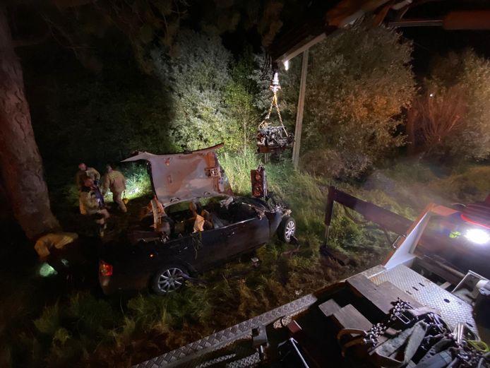 De brandweer moest het dak van de wagen knippen om de bestuurster te bevrijden.