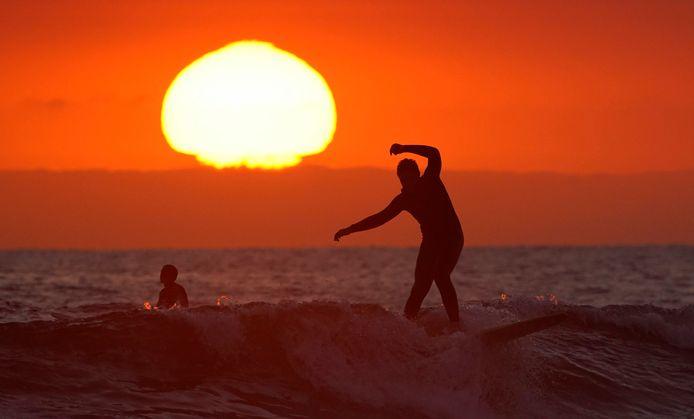 Des surfeurs à Newport Beach, Califonie, le 30 avril 2020.