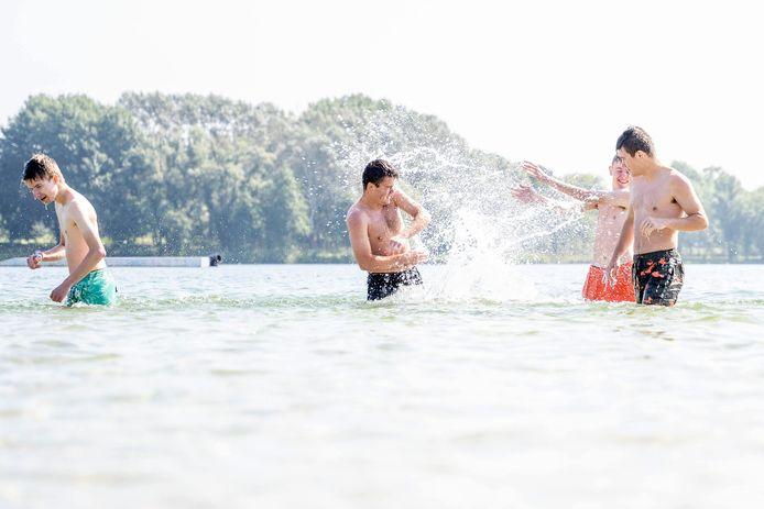 Jongeren genieten van het staartje zomer in het water van recreatiegebied De Berendonck in Wijchen.