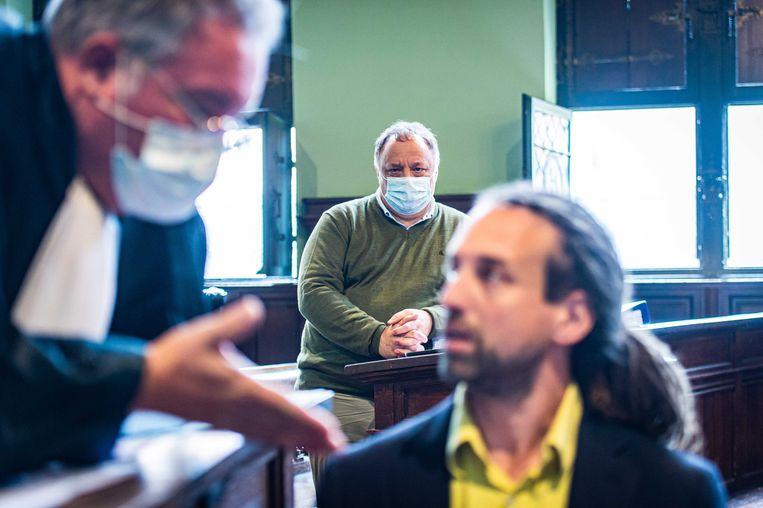 Marc Van Ranst (midden) en Willem Engel (rechts) met zijn advocaat (links), bij een rechtbankzitting afgelopen juli. Beeld ANP