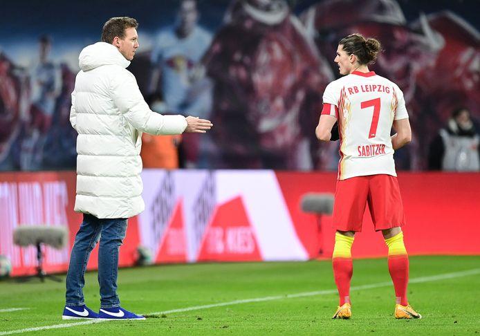 RB Leipzig-coach Julian Nagelsmann geeft instructies aan Marcel Sabitzer.
