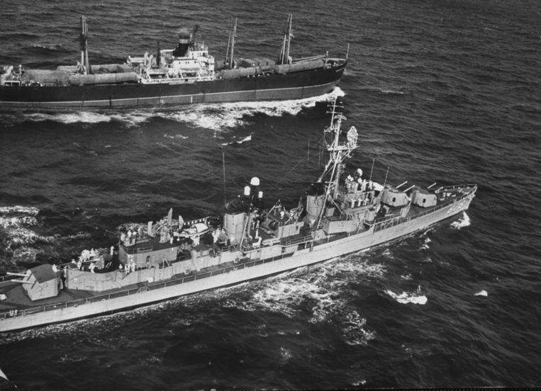 Een Russische schip wordt in de buurt van Cuba geïnspecteerd door de Amerikanen.  Beeld Getty Images