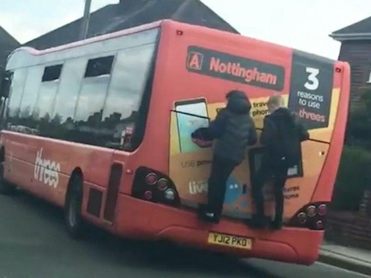 Geschokte vrouw achtervolgt kinderen die aan bus hangen