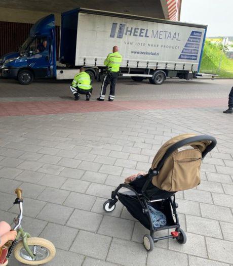 Strepen of niet: wéér een voertuig klem onder het viaduct van De Oversteek