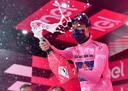 Bernal op het podium in de roze trui.