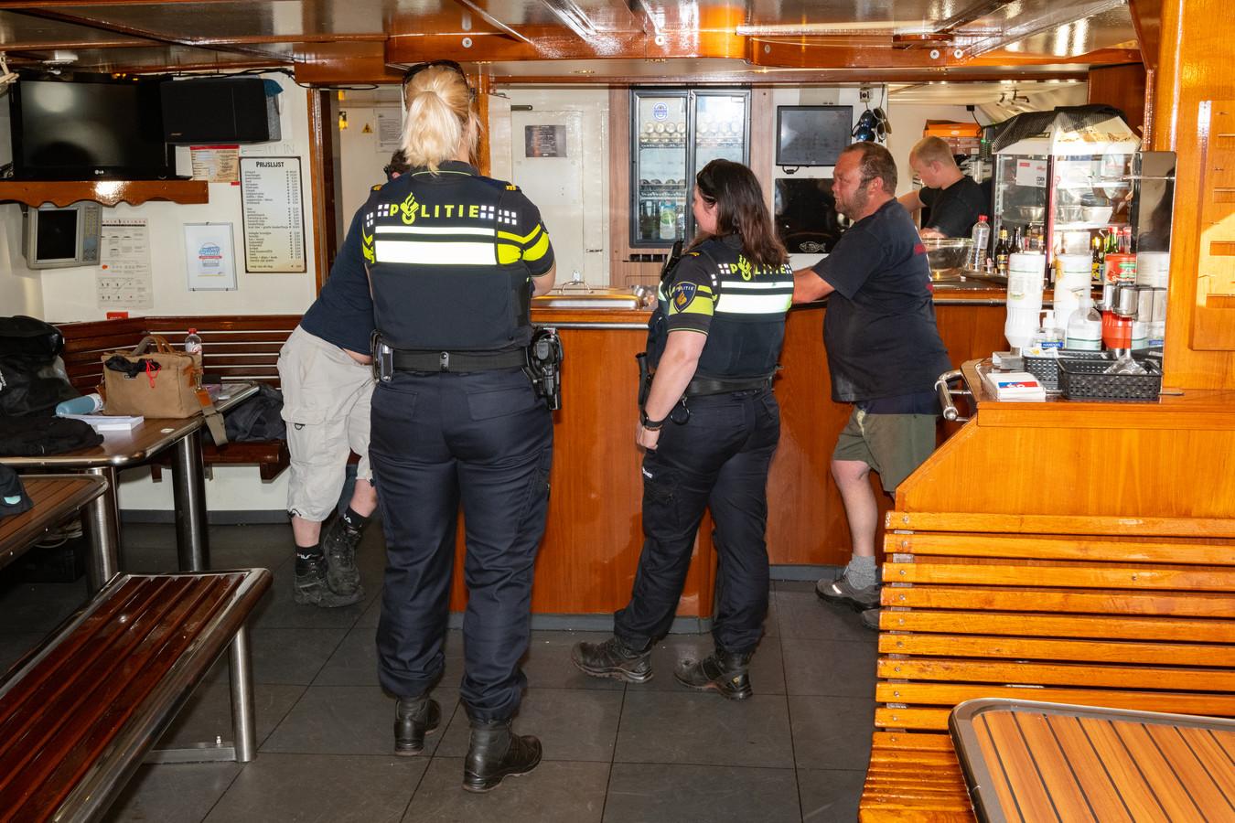 Politie aan boord van de MS Tender.