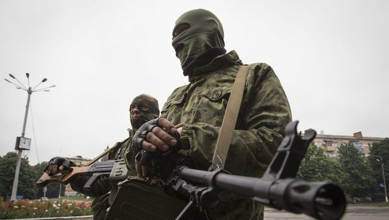 Pro-Russische separatisten in Snizhnye, waar tanks werden waargenomen. Beeld REUTERS