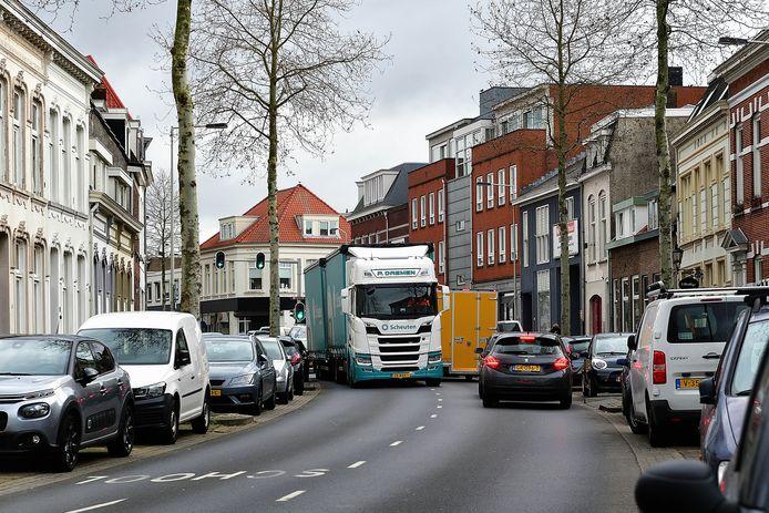 En weer wurmt zich een vrachtwagen over de centrumring, zoals hier op deze archieffoto.