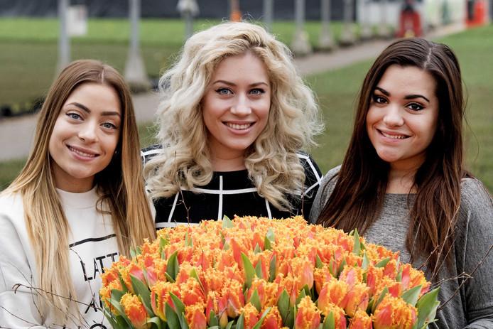 Zangeressen Lisa, Amy en Shelley van OG3NE dopen de speciale Tulipa tulp. De tulp is een ode aan de deelname van OG3NE aan het Eurovisie Songfestival in Kiev.