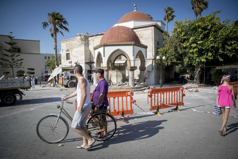 2017-07-22 15:14:26 KOS - Toersiten bekijken de schade die is ontstaan door de aardbeving op het Griekse eiland Kos. ANP JERRY LAMPEN Beeld ANP