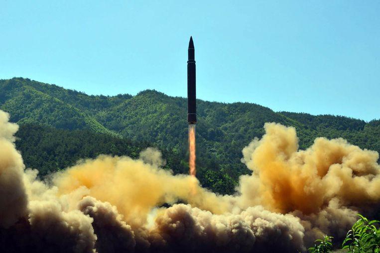 De intercontinentale Hwasong-14 raket die Noord-Korea gisteren afvuurde.  Beeld AFP