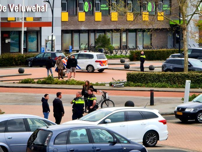 De politie kwam met meerdere auto's ter plaatse om de vechtpartij te sussen.