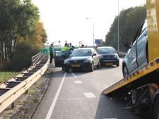 Drie auto's botsen tegen elkaar op viaduct over A73