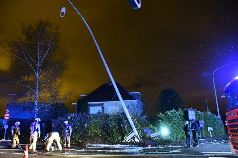 De wagen knalde na het ongeval nog tegen een verlichtingspaal en belandde dan in de voortuin van een woning.