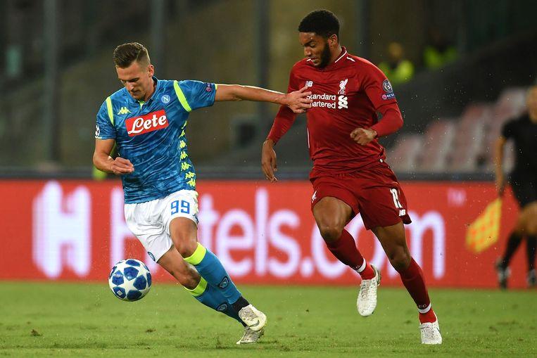 Milik gisteravond in duel met Joe Gomez van Liverpool.