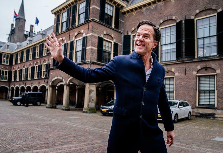 Mark Rutte loopt over het Binnenhof tijdens de verkennende fase van de kabinetsformatie. Beeld ANP