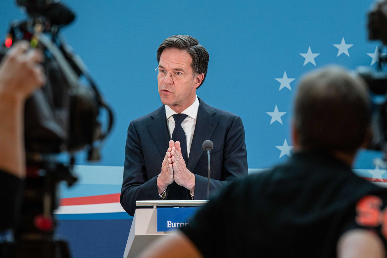 Demissionair premier Mark Rutte staat de pers te woord bij de permanente vertegenwoordiging van Nederland in Brussel voorafgaand aan de tweede dag van de buitengewone EU-top.