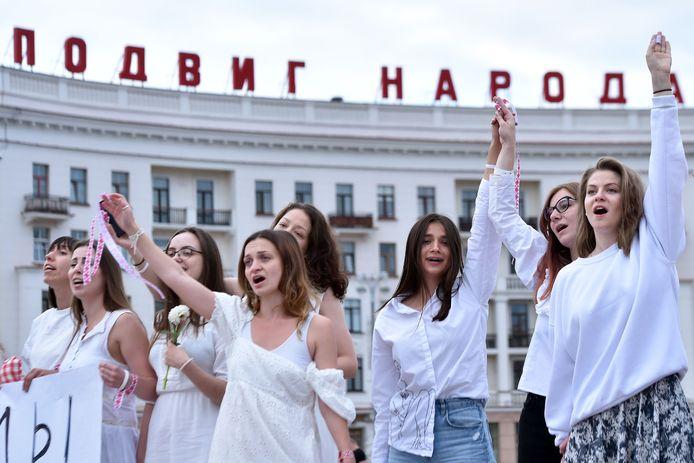 Vrouwen in witte kleding protesteren tegen politiegeweld in de Wit-Russische hoofdstad Minsk. Het is al er al dagen onrustig naar aanleiding van de verkiezingsuitslag.