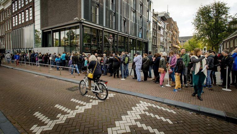 Voor het Anne Frank Huis staat traditiegetrouw een lange rij. Beeld anp