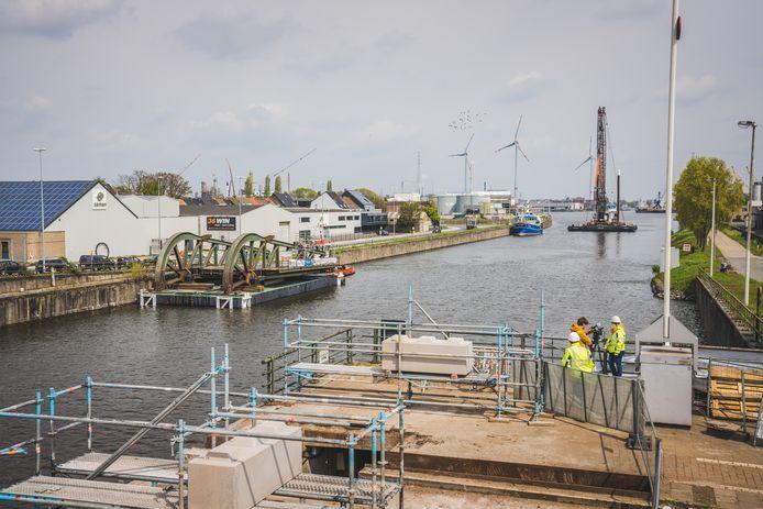 Het herstelde brugdeel van Meulestedebrug werd met een boot teruggebracht