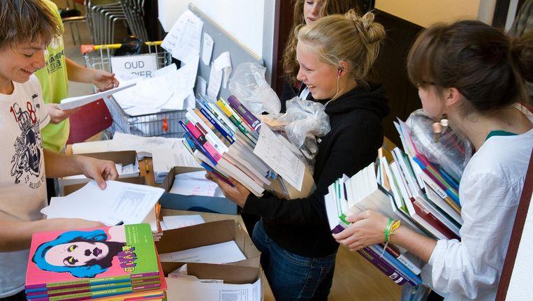 Leerlingen halen hun nieuwe schoolboeken op (foto 2008). Beeld anp