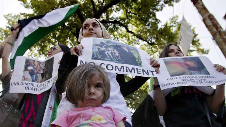 Leden van de Syrische gemeenschap in Roemenië protesteren voor de Russische ambassade in Boekarest tegen de gruweldaden in Syrië. Beeld ap