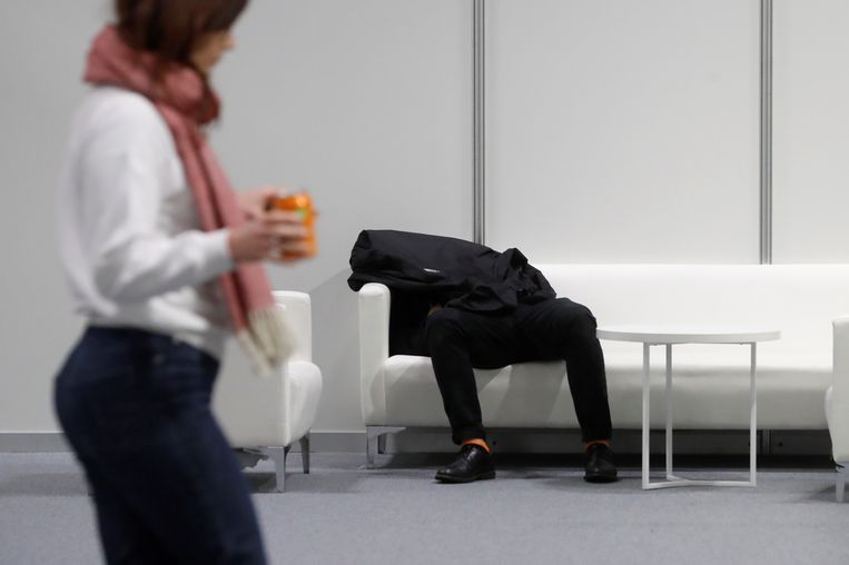 Een deelnemer aan de Klimaattop in Madrid rust even uit.  Beeld EPA