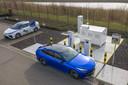 Om de drempel te verlagen, levert Toyota de waterstofauto Mirai desnoods ook met een tankstation.