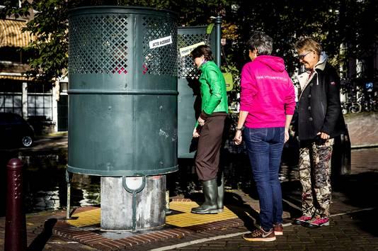 Vrouwen doen mee aan de actie van initiatiefneemster Cathelijne Hornstra tegen urinoirplassen voor vrouwen bij een plaskrul op het Amstelveld.