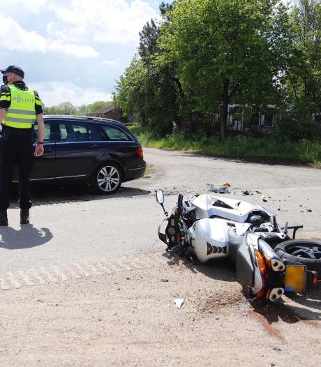 Gewonde door botsing tussen auto en motor in Sint Agatha