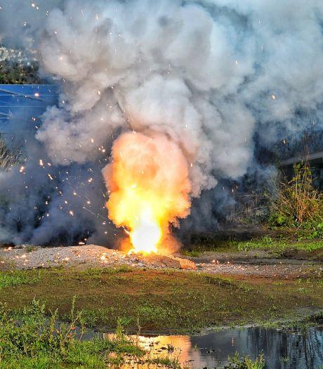 Flinke brand in Brabants zonnepanelenpark, vlammen schieten uit de grond
