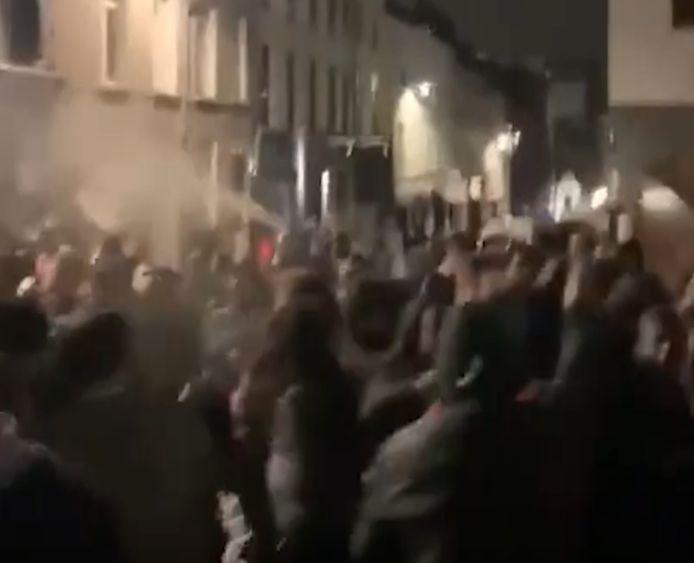Studentenfeestje in Brussel loopt uit de hand: studenten gooien jeneverflessen naar security, politie zet traangas in.