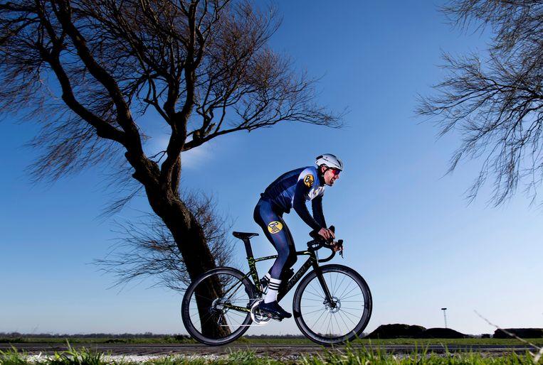 Triatleet Mohamad Maso traint in de buurt van Limmen.  Beeld Olaf Kraak