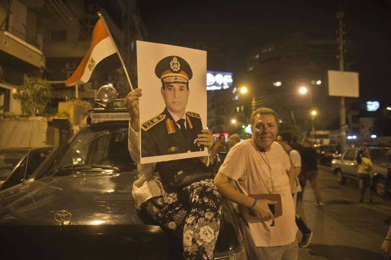 Betogers in Caïro droegen maandag portretten van legerleider Abdel Fattah al-Sisi met zich mee. Beeld afp