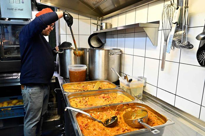 Le chef allemand Max Strohe du Tulus Lotrek prépare à manger pour les soignants.