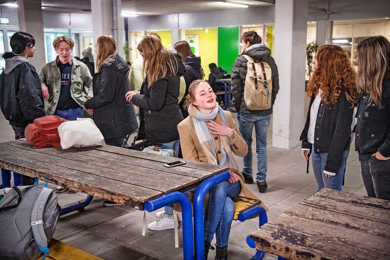 Leerlingen van het Amstelveen College zitten in een buitenruimte waar ventilatie is, hier kunnen zij pauzeren en lunchen. Beeld Guus Dubbelman / de Volkskrant