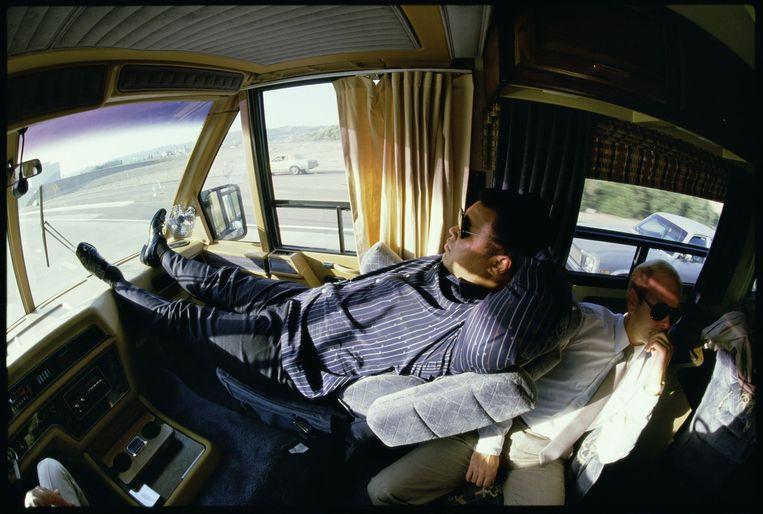 Verenigde Staten, Los Angeles, 10-12-1985. Muhammad Ali ligt comfortabel in zijn mobile home. Hij is op weg naar een party in San Diego die Libanese vrienden die avond geven. Beeld Guus Dubbelman / de Volkskrant