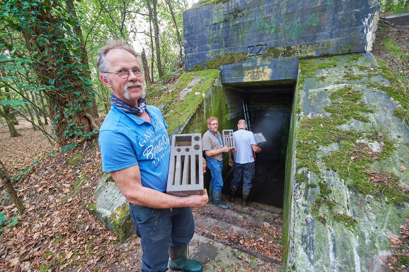 Pieter Jacobs, Henk de Wit en Carlo Wijnen van Vleermuiswerkgroep Noord-Brabant bij Bunker 221 in Zeeland.