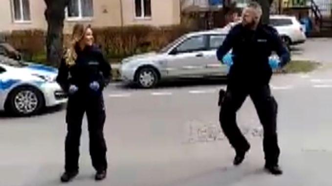 Kijk hoe politie kinderen in quarantaine opbeurt met geweldige 'YMCA'-dans