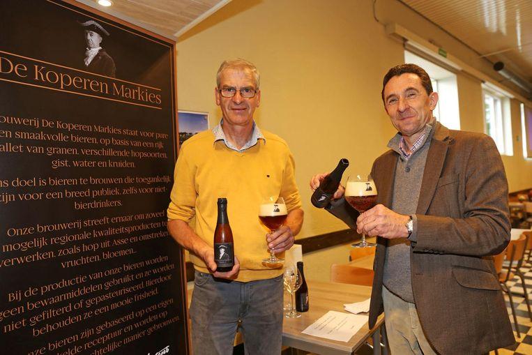 Louis De Bondt en Hugo Mertens lanceerden tijdens de kermis hun bier 'De Koperen Markies'.